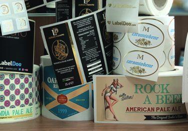 Etichette adesive personalizzate Labeldoo: carte, tipologie e formati